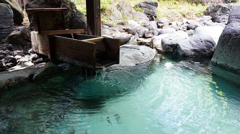 無色透明的溫泉泉水
