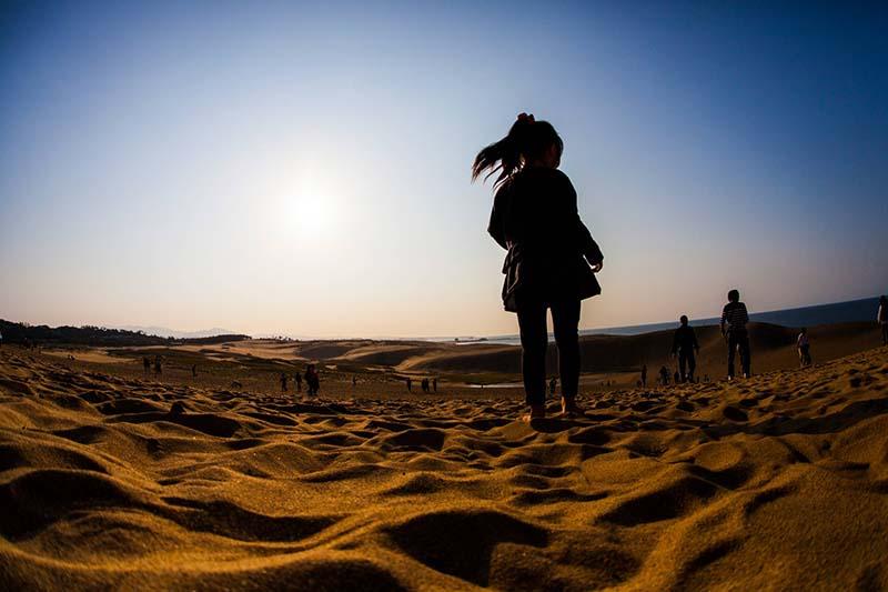 走在鳥取砂丘上的少女