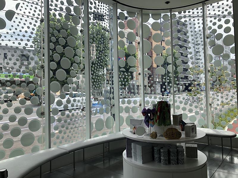 草間彌生美術館一樓紀念品區