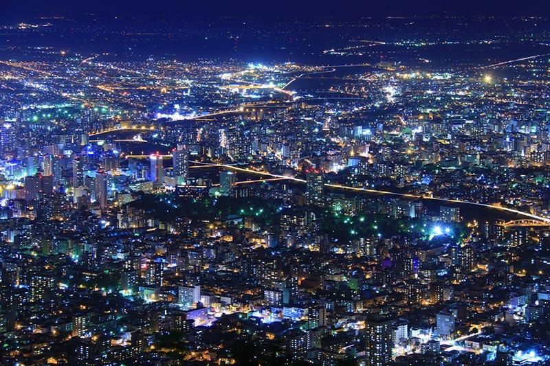 從北海道札幌的藻岩山俯瞰豐平川的夜景
