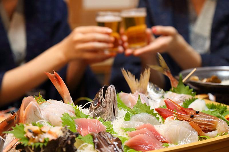 在海鮮料理席間乾杯