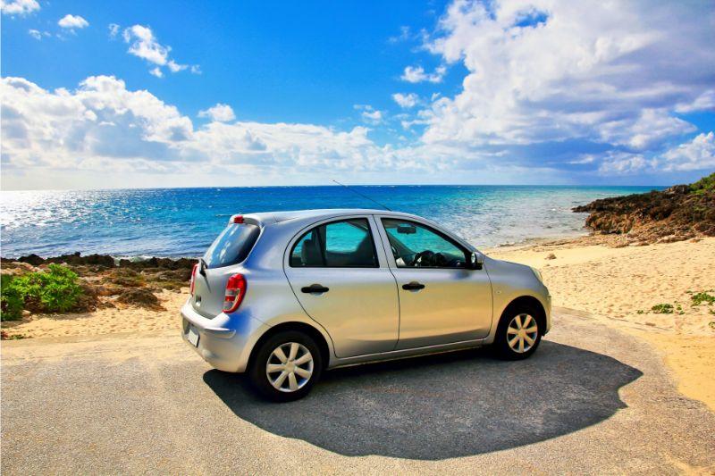 租車在沖繩海岸線