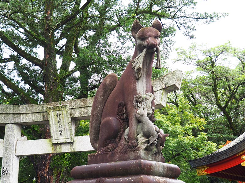 口中叼稻穗的狐狸雕像