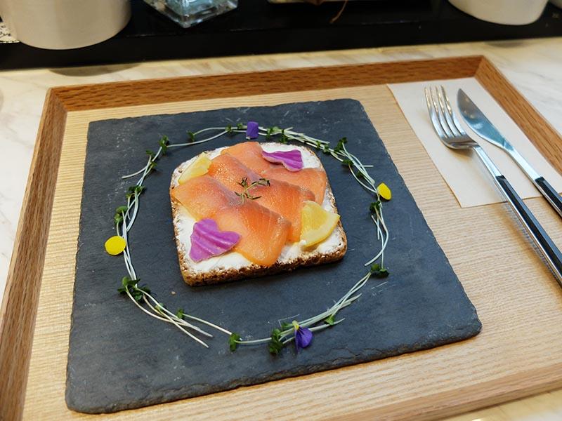 原宿LORANS.的煙燻鮭魚三明治
