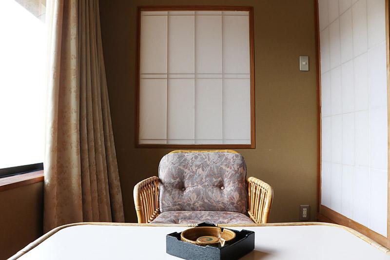 萬翠樓高千穗房型的窗邊椅子