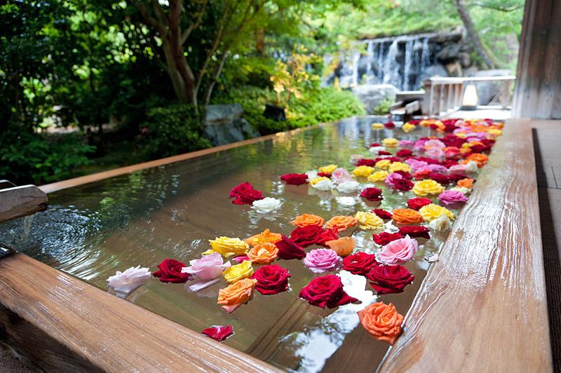 三朝館大浴場裡女性專屬的玫瑰浴池