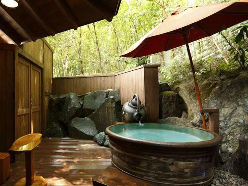 花紋的露天浴池