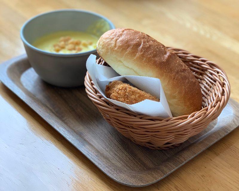 玉米濃湯、可樂餅、與麵包套餐