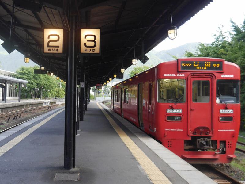 由布院站月台與列車