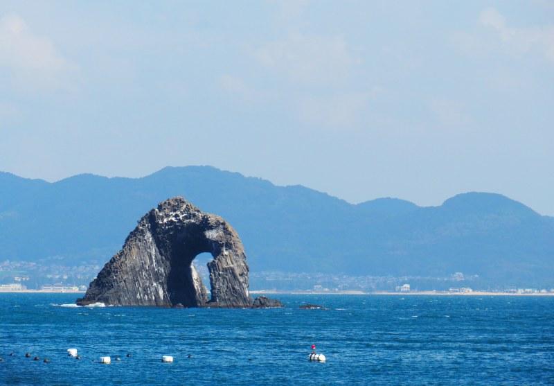 巨石中間有著一個巨大海蝕洞