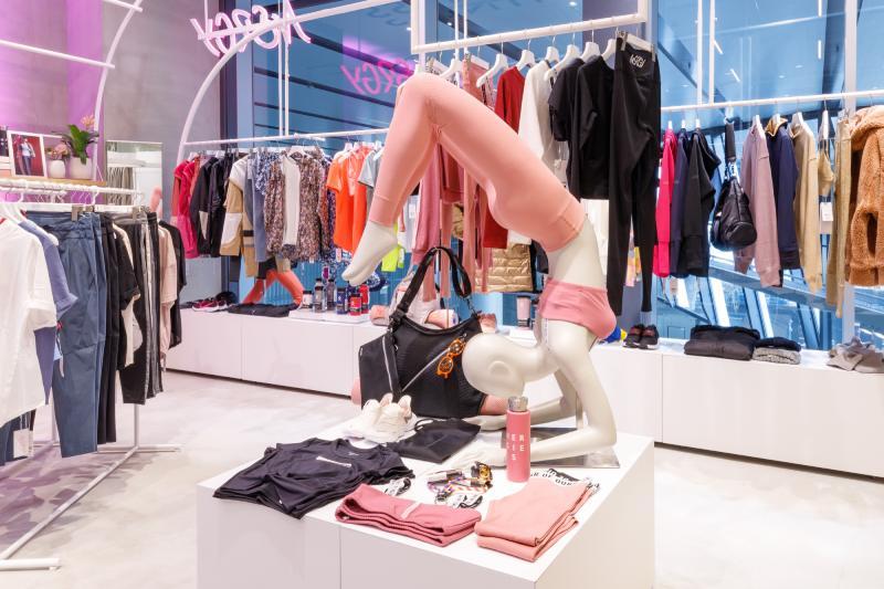 NERGY店舖內服飾擺設