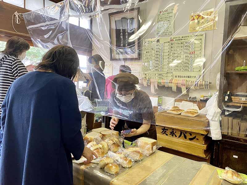 「友永麵包店」櫃台