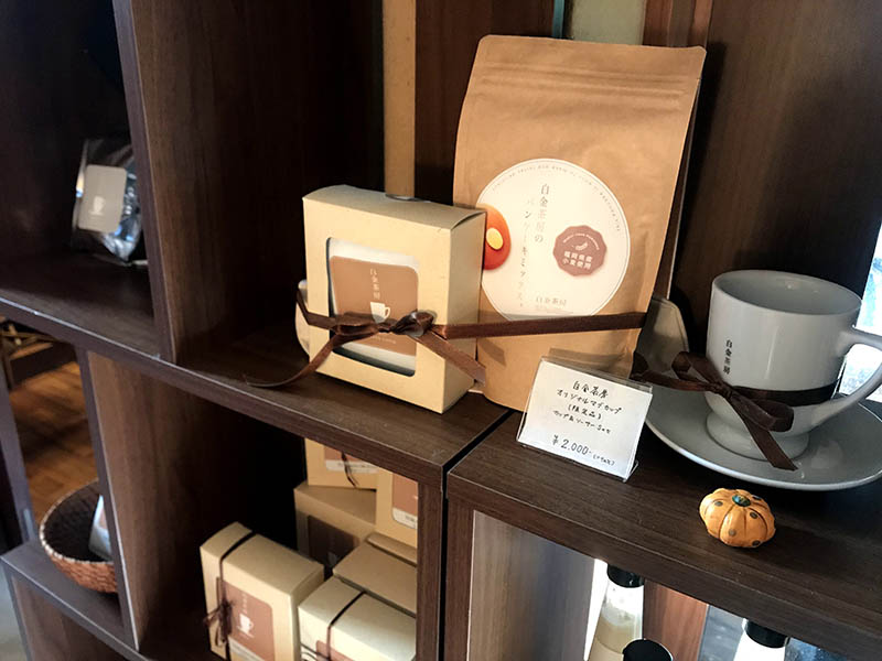 白金茶房鬆餅粉、咖啡展示櫃