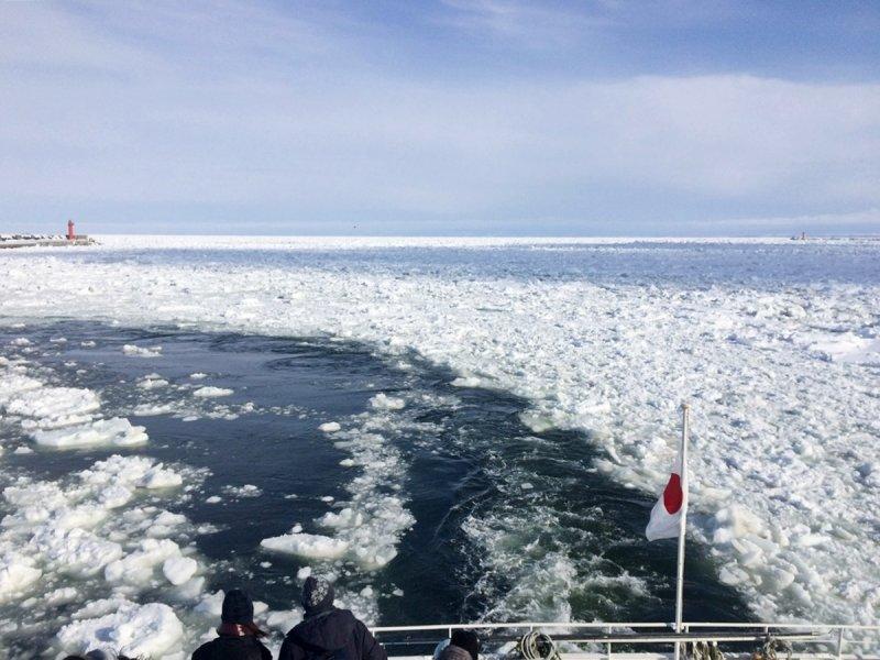 破冰船壓碎流冰行進