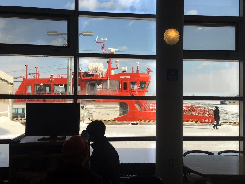 碼頭可見破冰船與流冰