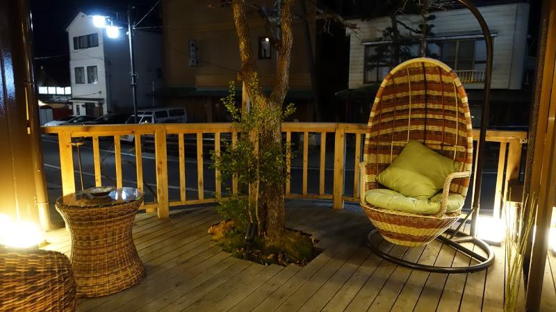 旅館戶外休息座位的吊椅