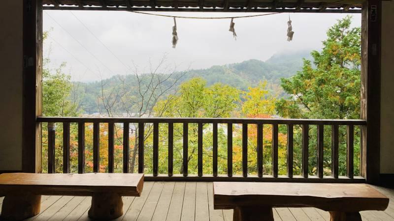 秋天從神樂殿舞台眺望楓葉
