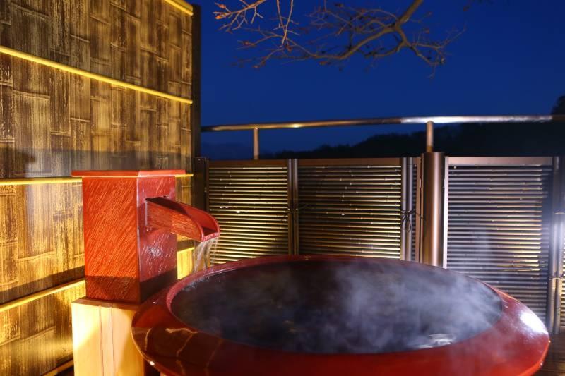 夜晚的陶器製溫泉池真田湯