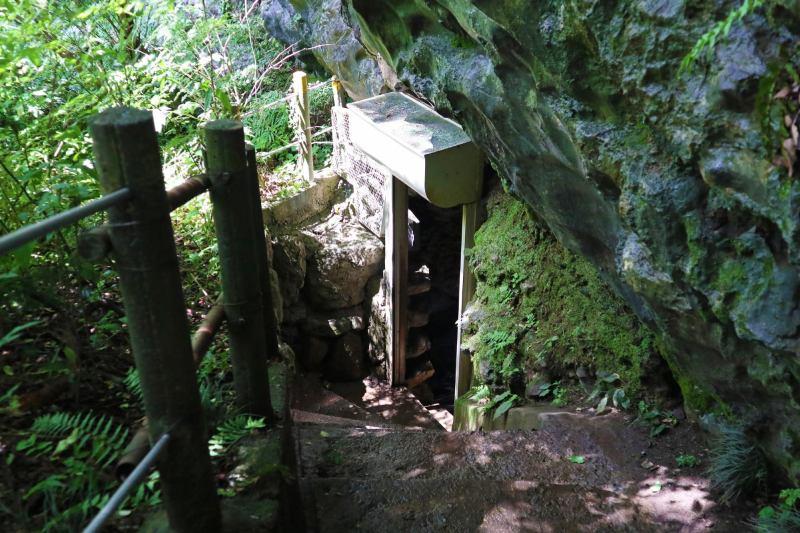 岩壁上的鐘乳石洞穴入口