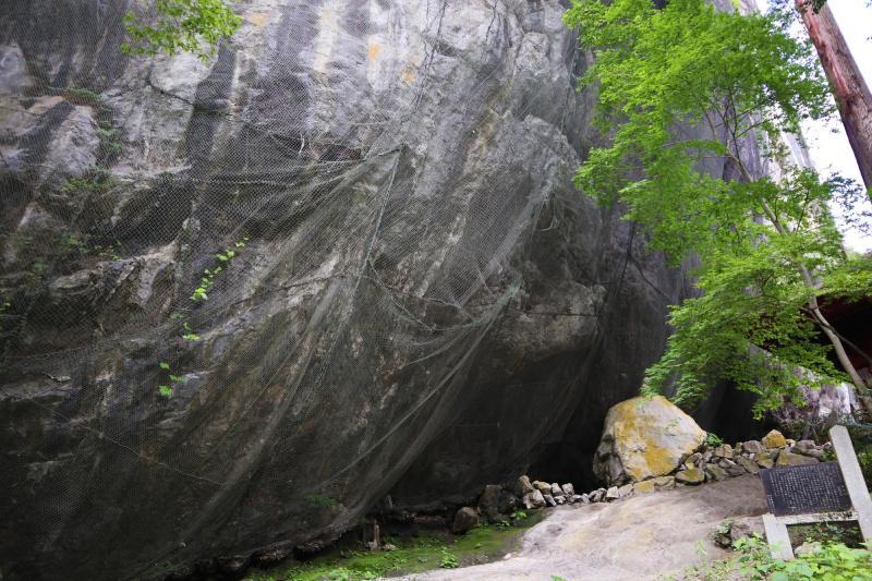 河川的侵蝕而成的巨大石灰岩岩壁聳立