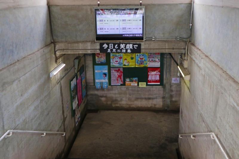 車站改札通道向下階梯