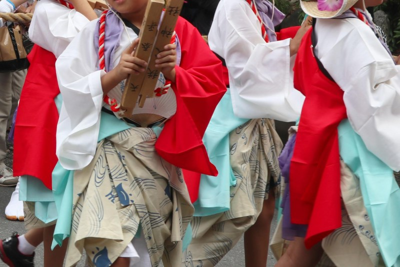 穿著祭典衣著的孩子們手裡拿著拍子木