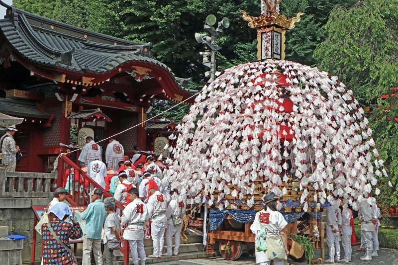 祭典的人們停下山車面對神社正在祈禱