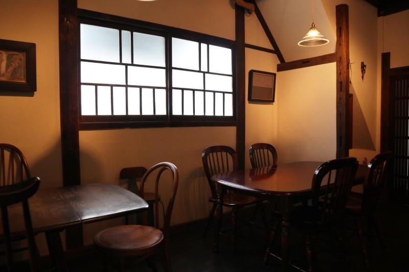 咖啡店裡擺放著有四人座的和三人座的桌椅