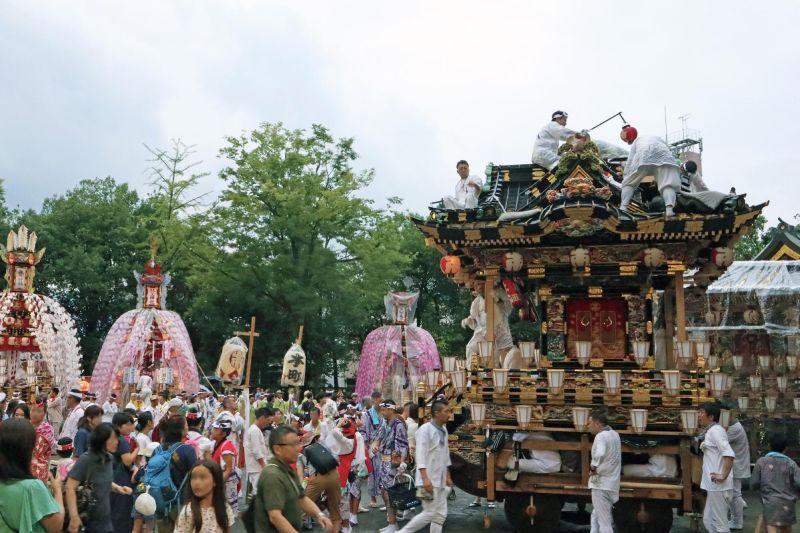 個町會山車聚集於秩父神社境內