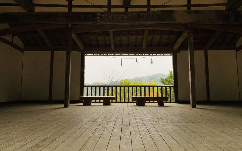 別所神社舞台秋季的風景