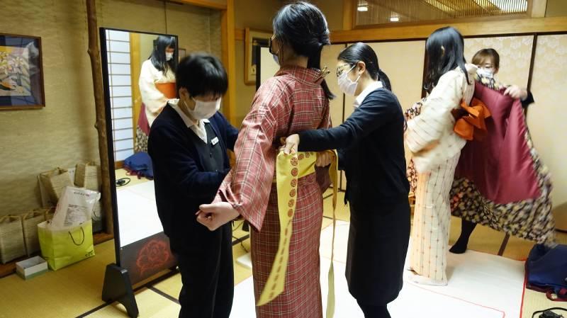 服務人員全程都會戴著口罩協助客人進行和服著裝