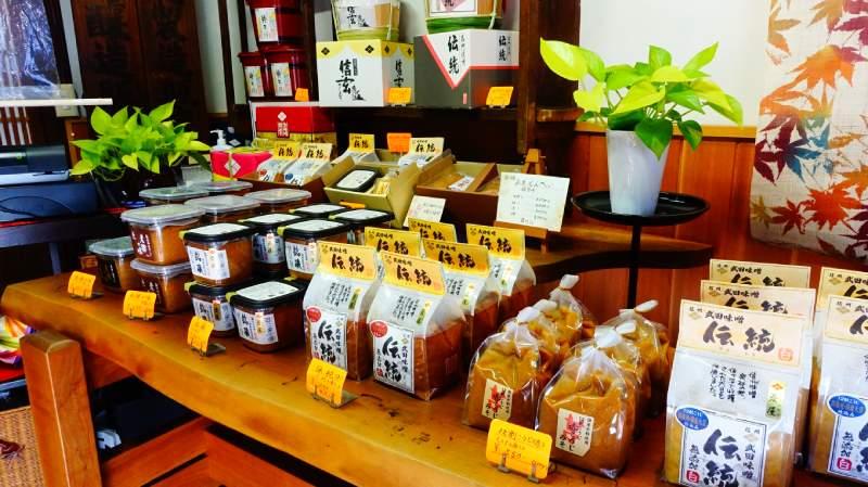 武田味噌店內各種味噌商品