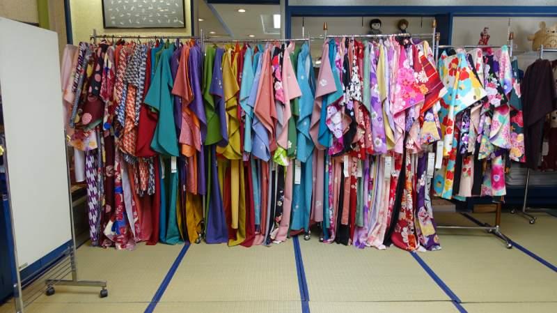 上田和服出租店「ゆたかや」(YATAKAYA)店內各種花色和服浴衣
