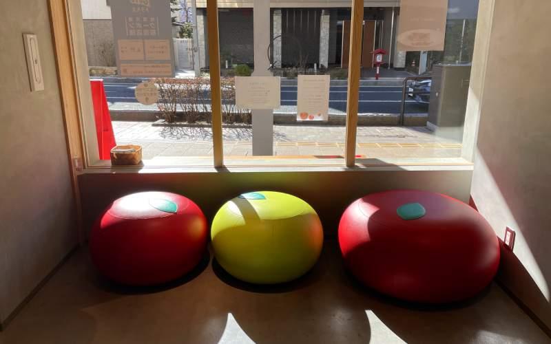 信州蘋果派研究所店內的蘋果造型沙發椅