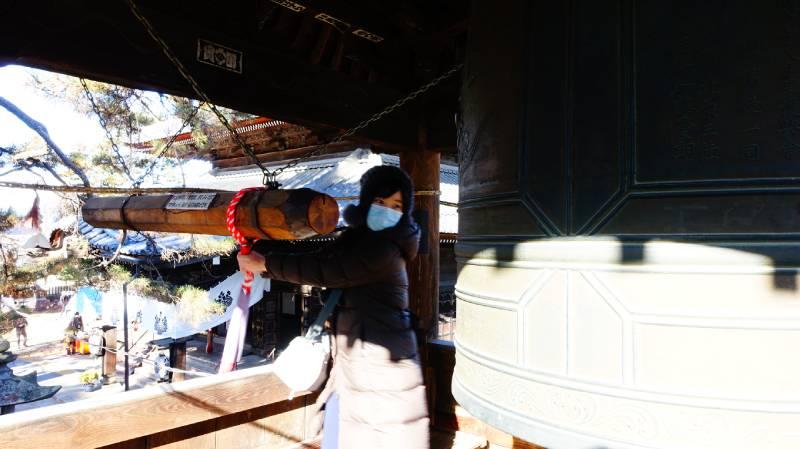 在上田信濃國分寺鐘樓上旅客自行撞鐘模樣