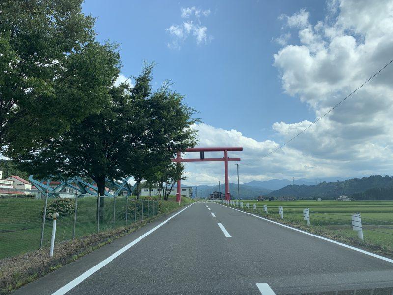 "Set North for Japan (74°33' 2"")旁的紅色鳥居"
