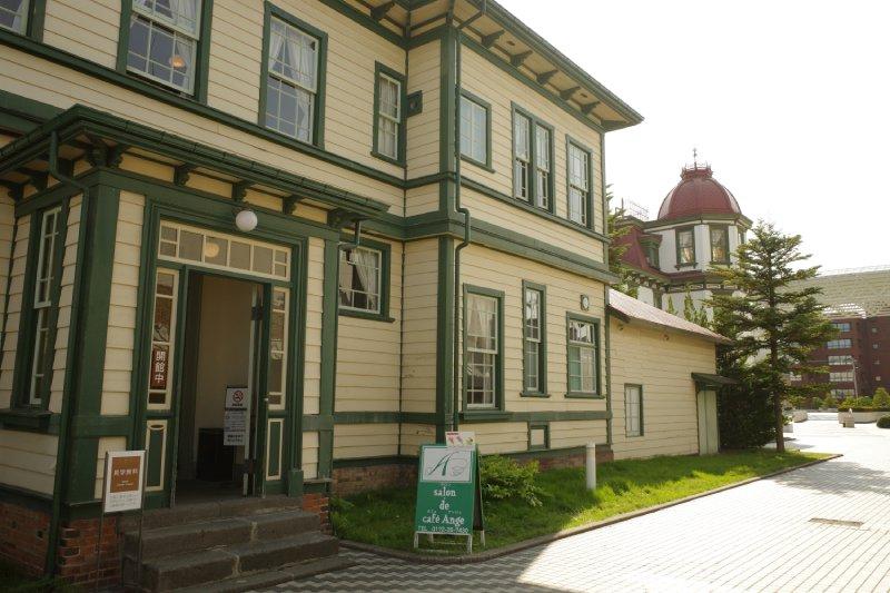 舊東奥義塾外人教師館入口處