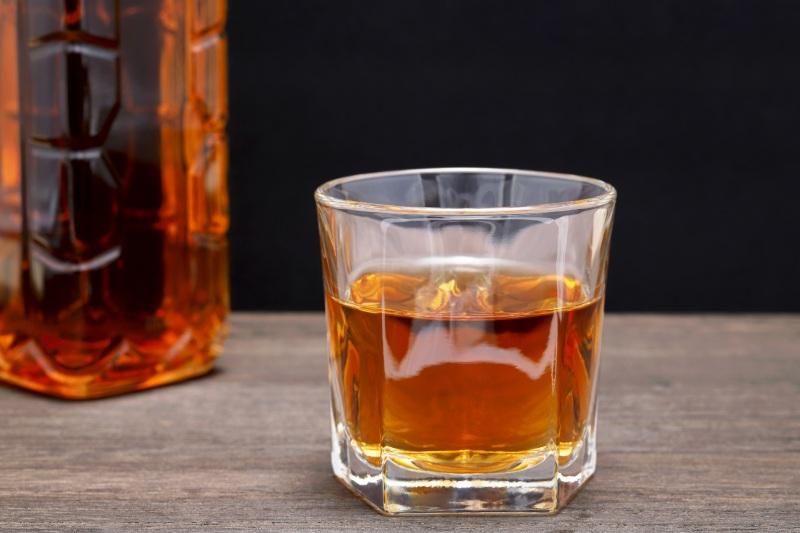 威士忌瓶及玻璃杯