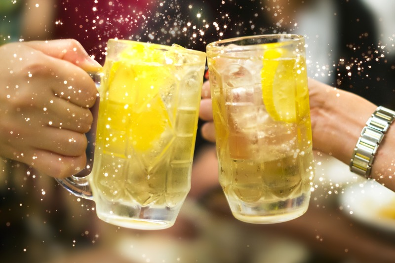 用威士忌蘇打調酒乾杯