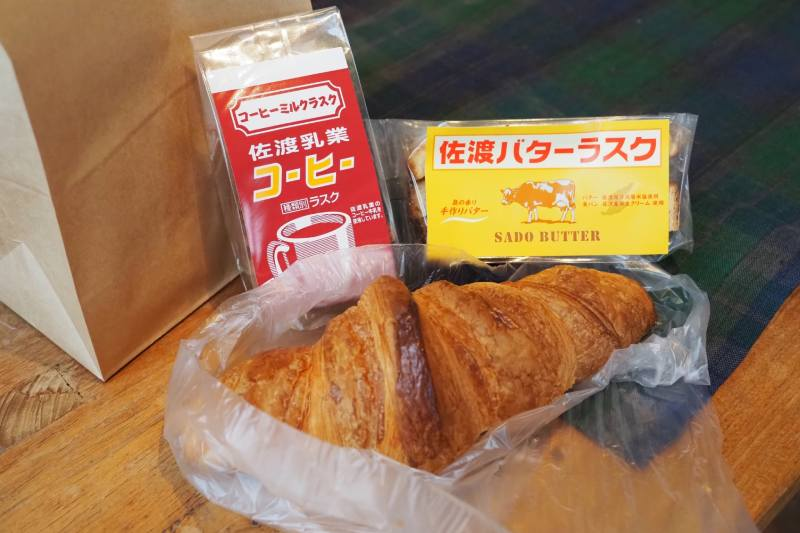 佐渡奶油和佐渡咖啡牛奶法國麵包餅乾和可頌