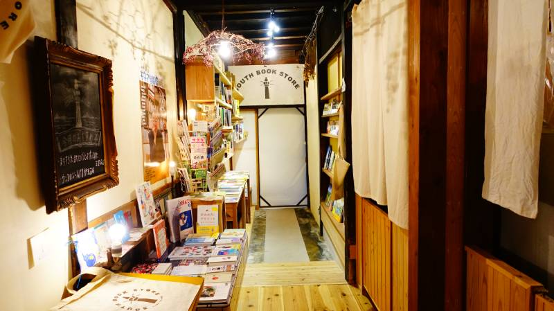 Cafe日和山 南書店書籍區