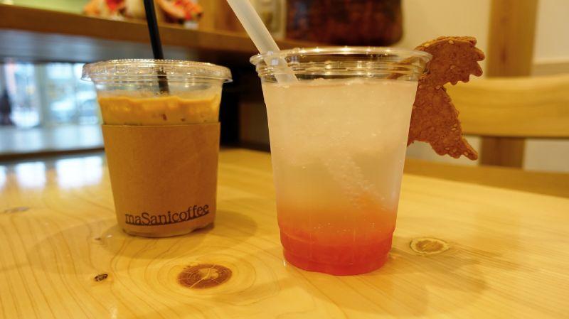拿鐵和葡萄柚汽水和朱鷺造型餅乾