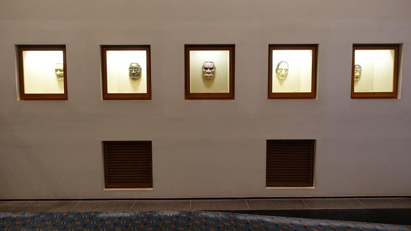 走廊能面面具展示