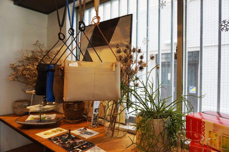 藏前咖啡店CAMERA的店內皮革商品