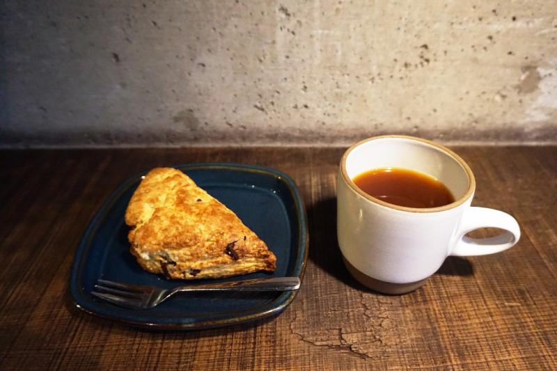 藏前Nui. HOSTEL & BAR LOUNGE的咖啡和司康