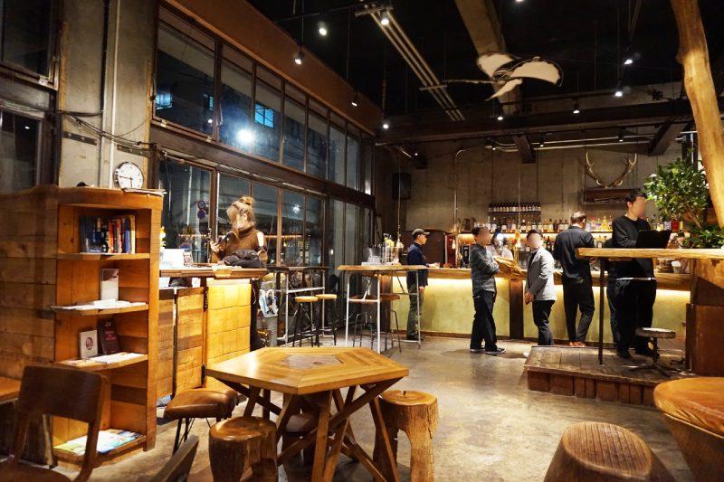 藏前Nui. HOSTEL & BAR LOUNGE的1樓咖啡店晚上變身成lounge bar