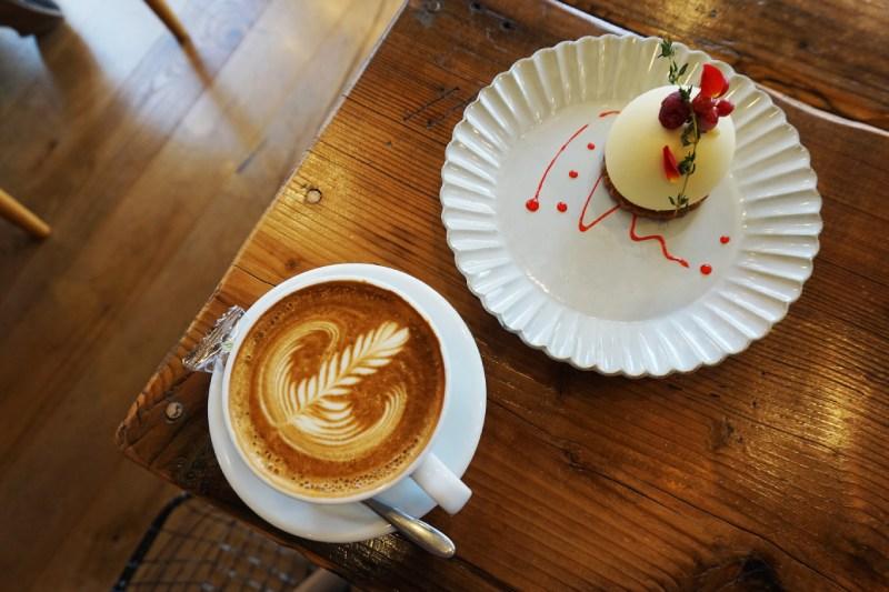 藏前咖啡店鷰 en的拿鐵和法式甜點