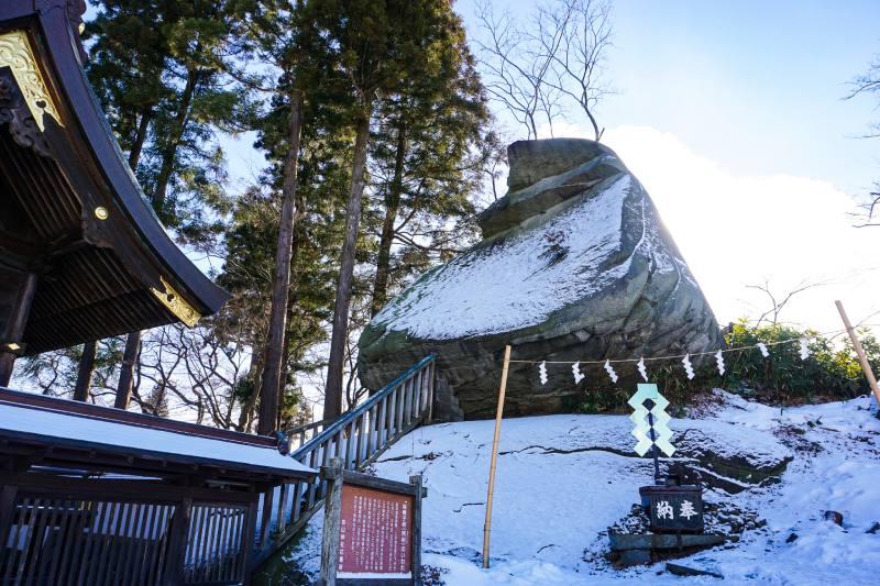 豎立在櫻山神社旁烏帽子岩