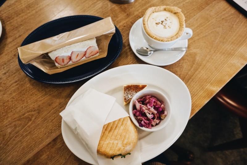 BREAD,ESPRESSO &黃豆粉拿鐵和帕尼尼麵包套餐