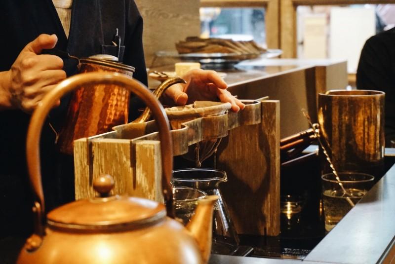 COBI COFFEE AOYAMA的咖啡師使用法蘭絨濾布沖泡咖啡